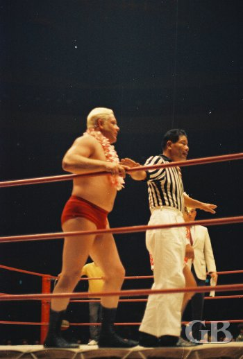 Referee Wally Tsutsumi calms down Ray Stevens as the match begins.